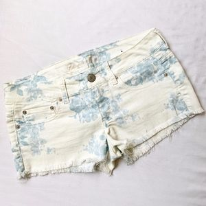 AMERICAN EAGLE • JEAN FLORAL FRAYED SHORTS WHITE